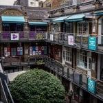 А это вот такое интересное местечко - внизу ресторанчик, а по балкончикам - всяческие лавочки и магазинчики. В Лондоне, знаете ли, на так много свободного места ...