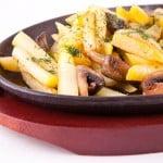 картофель жареный с грибами на чугунной сковороде